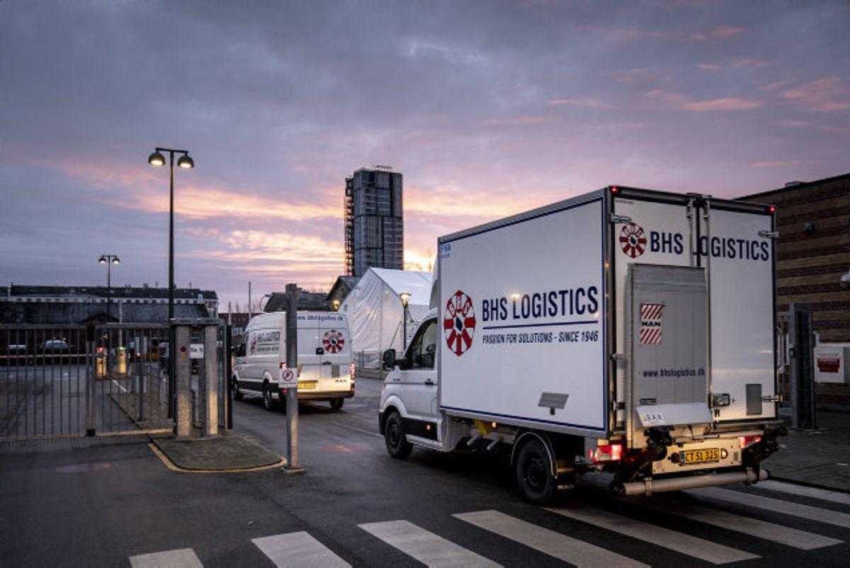 Den første sending med af vaccinedoser fra selskaberne Pfizer og BioNTech ankom 26. december med politieskorte til Statens Serum Institut i København. Søndag den 3. januar venter SSI at modtage den hidtil tredje sending på omkring 48.000 doser. Foto: Mads Claus Rasmussen/Scanpix