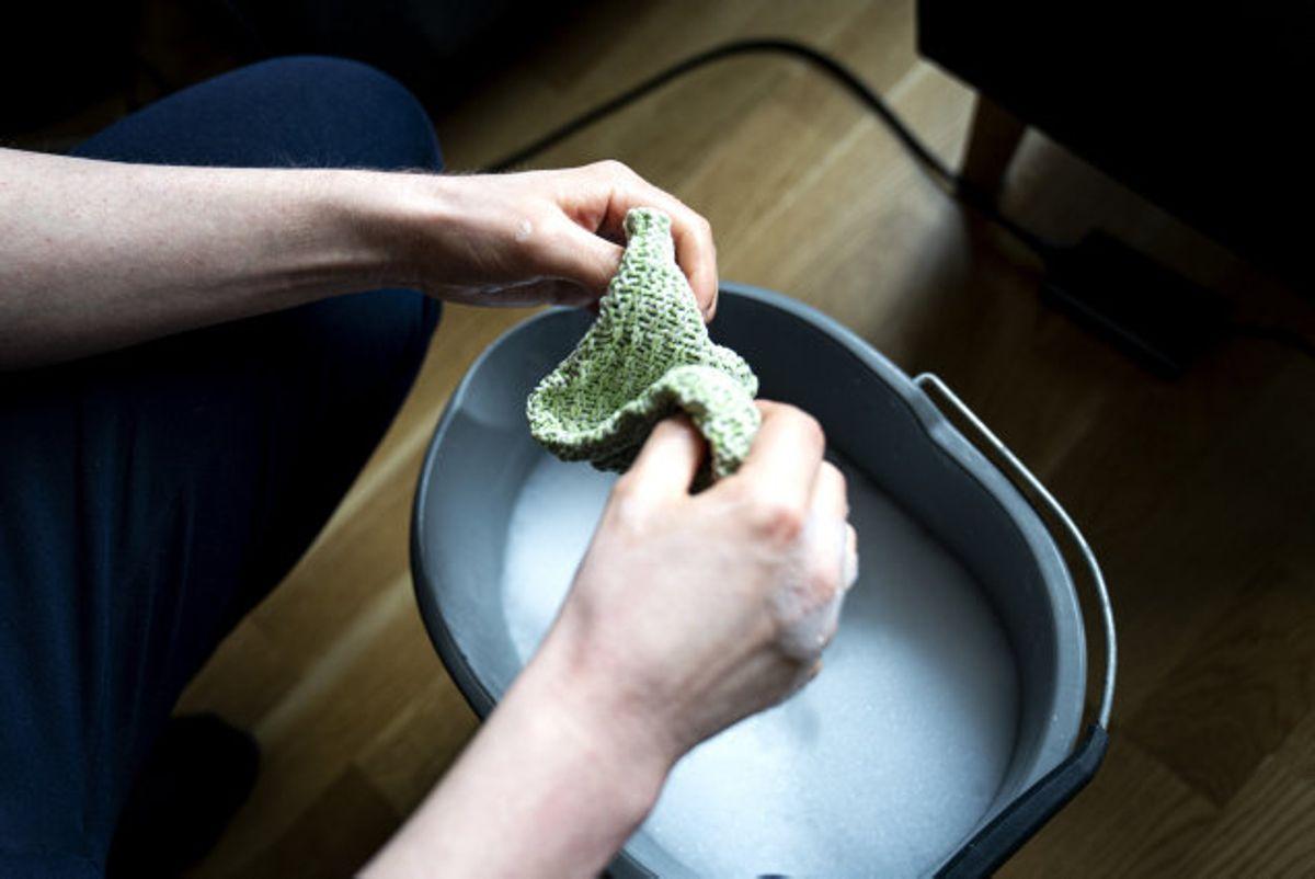 Du kan skolde din klud i løbet af dagen, sådan som husmødrene gjorde i gamle dage, siger Lars Münter, som er sekretariatschef hos Rådet for Bedre Hygiejne. (Arkivfoto) Foto: Ida Guldbæk Arentsen/Scanpix