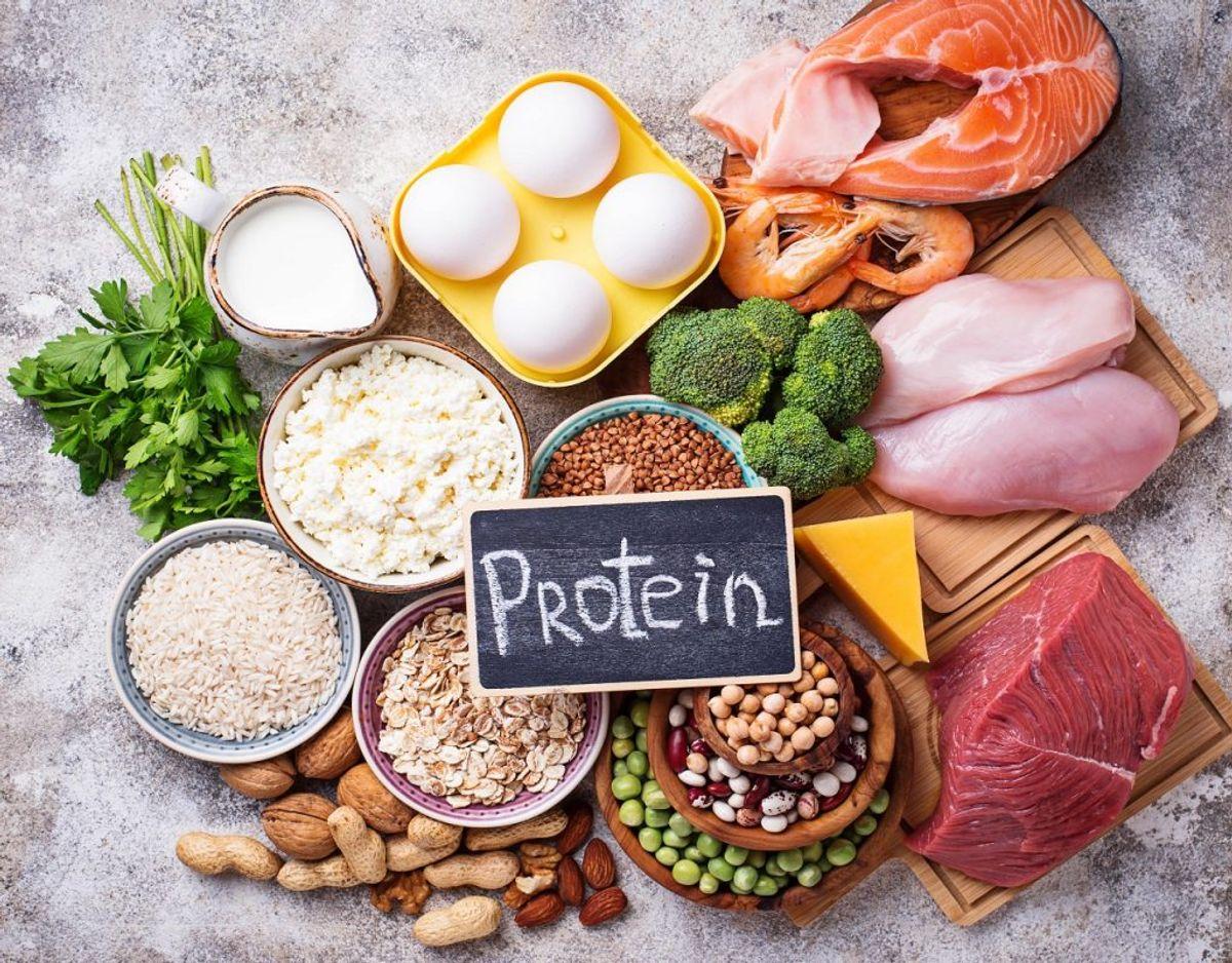Derimod skal du spise massevis af protein, da det øger forbrændingen og får dig til at ville have mindre kalorier i løbet af en dag. Foto: Colourbox