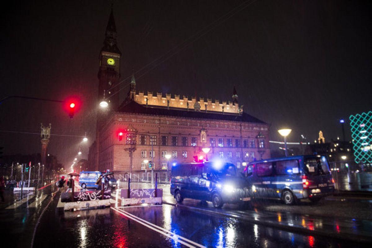 Politiet melder, at de fleste mennesker omkring Rådhuspladsen i Købehavn overholder regler og retningslinjer nytårsaften. Foto: Tim Kildeborg Jensen/Scanpix