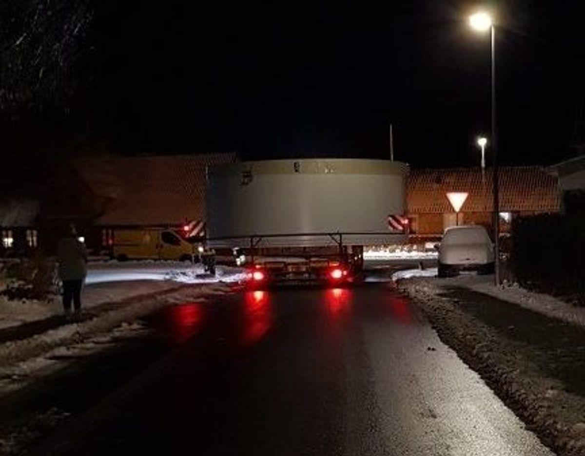 Beboerne bliver vækket af sværtransporter som denne om natten. Privatfoto