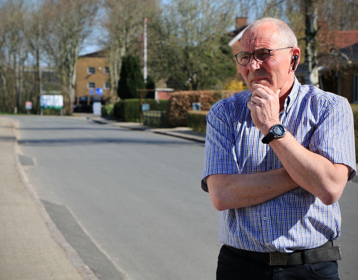 60-årige Bjarne Christensen har fået nok af vindmøller og den tiltagende tunge trafik på sin villavej i den lille by Arnum. Foto: Claus Jessen