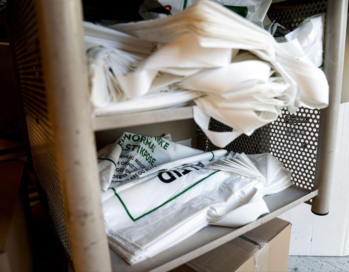 """Før i tiden var der to forskellige typer plastikposer i supermarkedet. Men den billigere, såkaldte """"knitrepose"""" bliver helt forbud fra 1. januar 2021. Den er nemlig ikke genanvendelig. (Foto: Niels Christian Vilmann/Ritzau Scanpix)"""