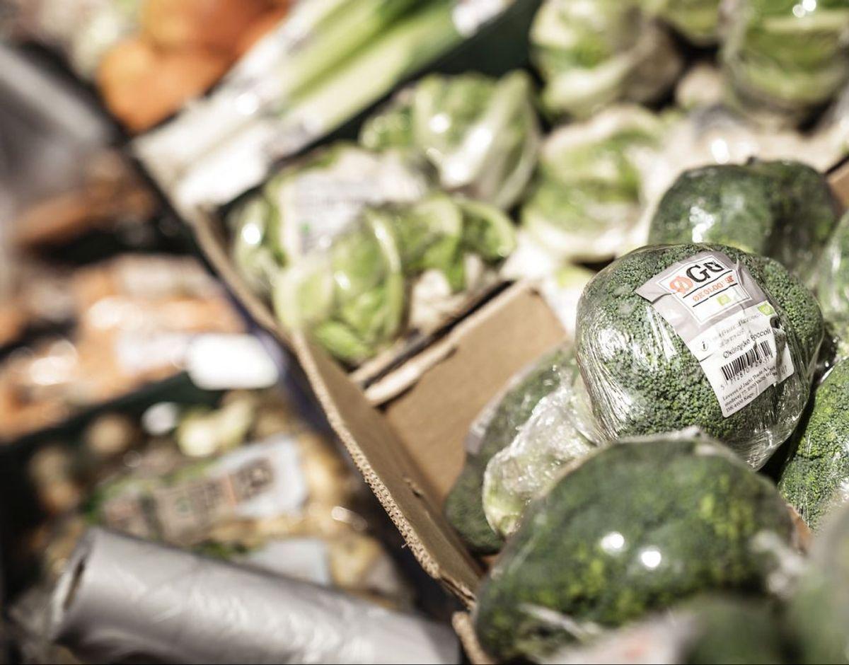 Rullen med de tynde plastikposer i frugt- og grøntafdelingen vil du fortsat finde. Den bliver bevaret for at hjælpe til med hygiejnen og undgå madspild. Foto: Thomas Lekfeldt/Ritzau Scanpix