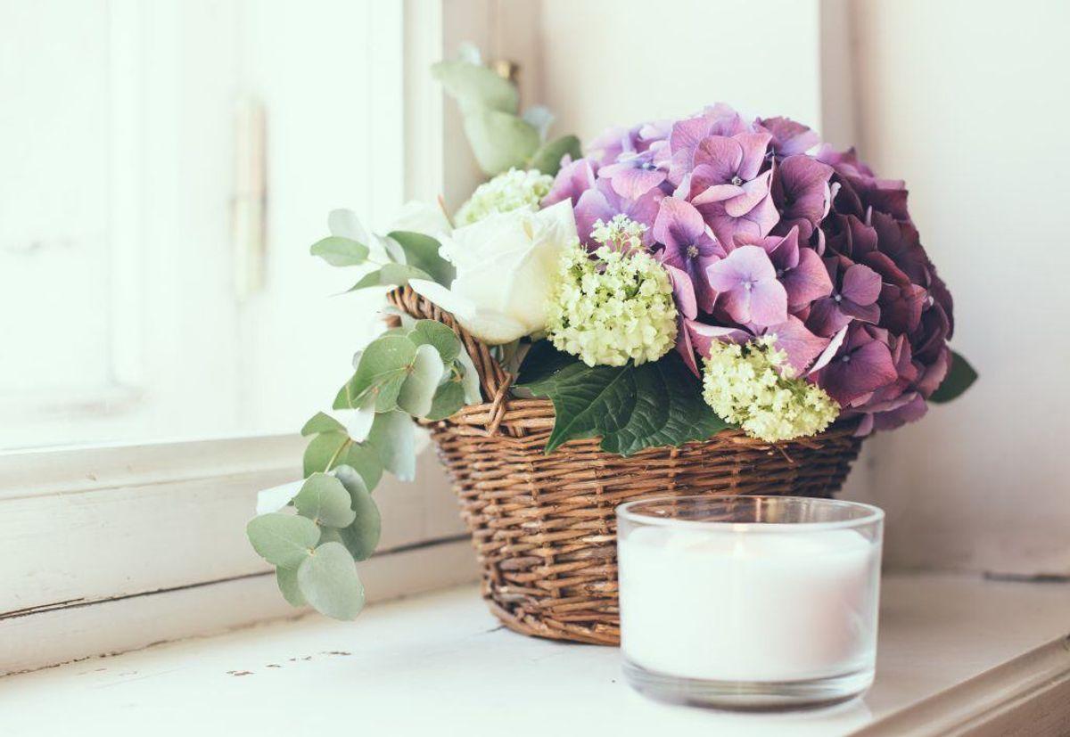 Fjern afskårne blomster og stearinlys Visne blomster og stearinlys, der er smeltet i varmen, vidner om, at der i en længere periode ikke har været nogen i hjemmet, så inden du tager afsted, bør du fjerne stearinlys fra vinduerne og smide buketterne ud. (Foto: Shutterstock)