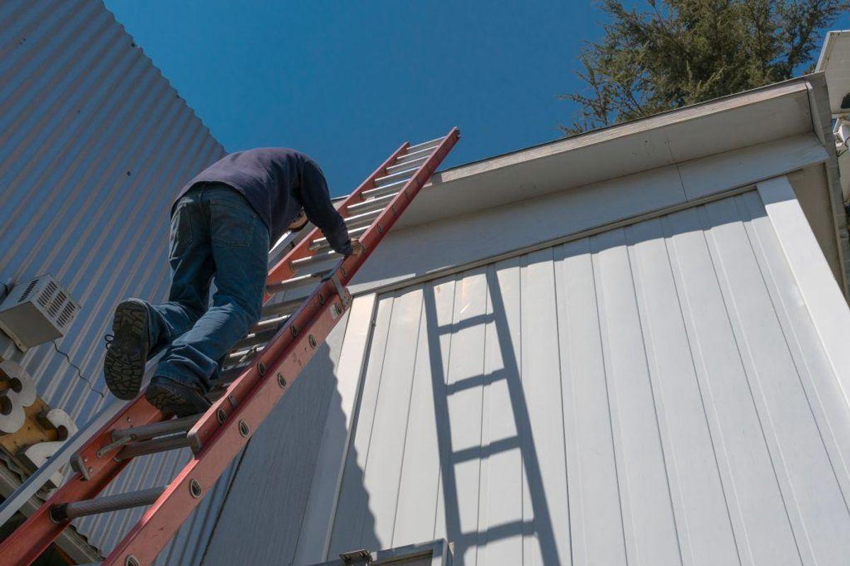 Fjern stiger og haveredskaber Når du sikrer dit hus, skal du tænke som tyven. En tyv vil altid vælge at begå indbrud, hvor det er let tilgængeligt og en stige, der står frit fremme, er jo nem at bruge. Haveredskaber er også tyvens bedste ven, da de kan bruges til at brække døre og vinduer op med, så sørg for at de er låst godt afvejen i redskabsskuret. (Foto: Shutterstock)