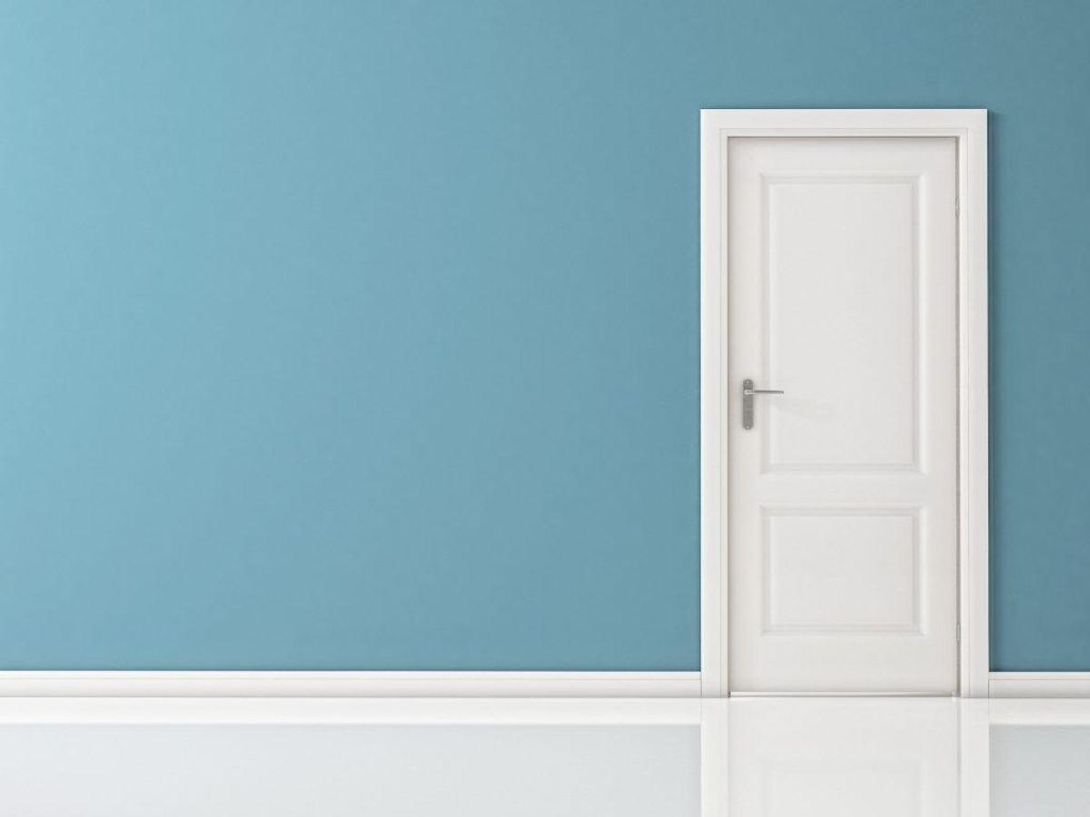 Luk dørene i boligen Langt de fleste åbner alle de indvendige døre, når de tager på ferie, så luften kan cirkulere rundt i hjemmet. Men åbne døre gør det også meget lettere for tyven at få et overblik over, om der er nogen hjemme. Hvis du lukker dørene, kan tyven derimod ikke vide, om der er en i rummet ved siden af, og det gør dit hjem mindre attraktivt som mål. (Foto: Shutterstock)