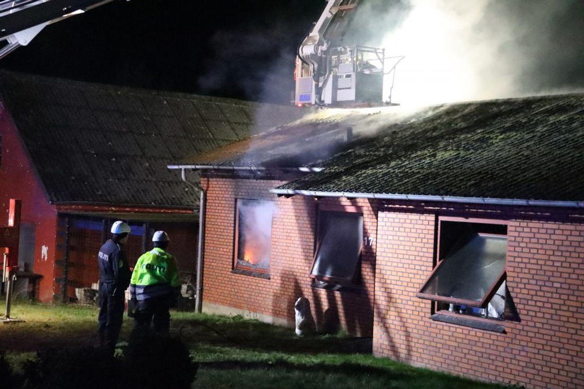 Dele af huset var overtændt, da politi og brandvæsen nåede frem. Klik for flere billeder. Foto: Øxenholt Foto