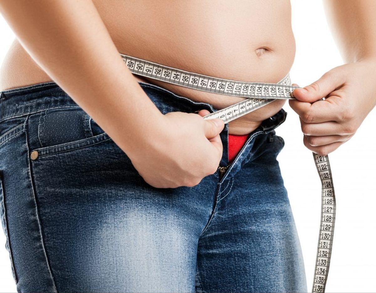 Frem med målebåndet. Kvinder skal helst ikke have taljemål over 80 centimeter. For mænd er tallet 94. Foto: Colurbox.