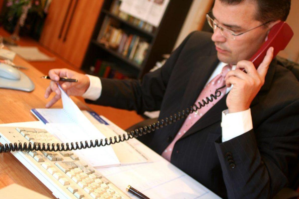 Tag en snak med banken, hvor du gør det klart, at du vil spare flere penge op, så du kan gå på pension tidligere. Foto: Scanpix