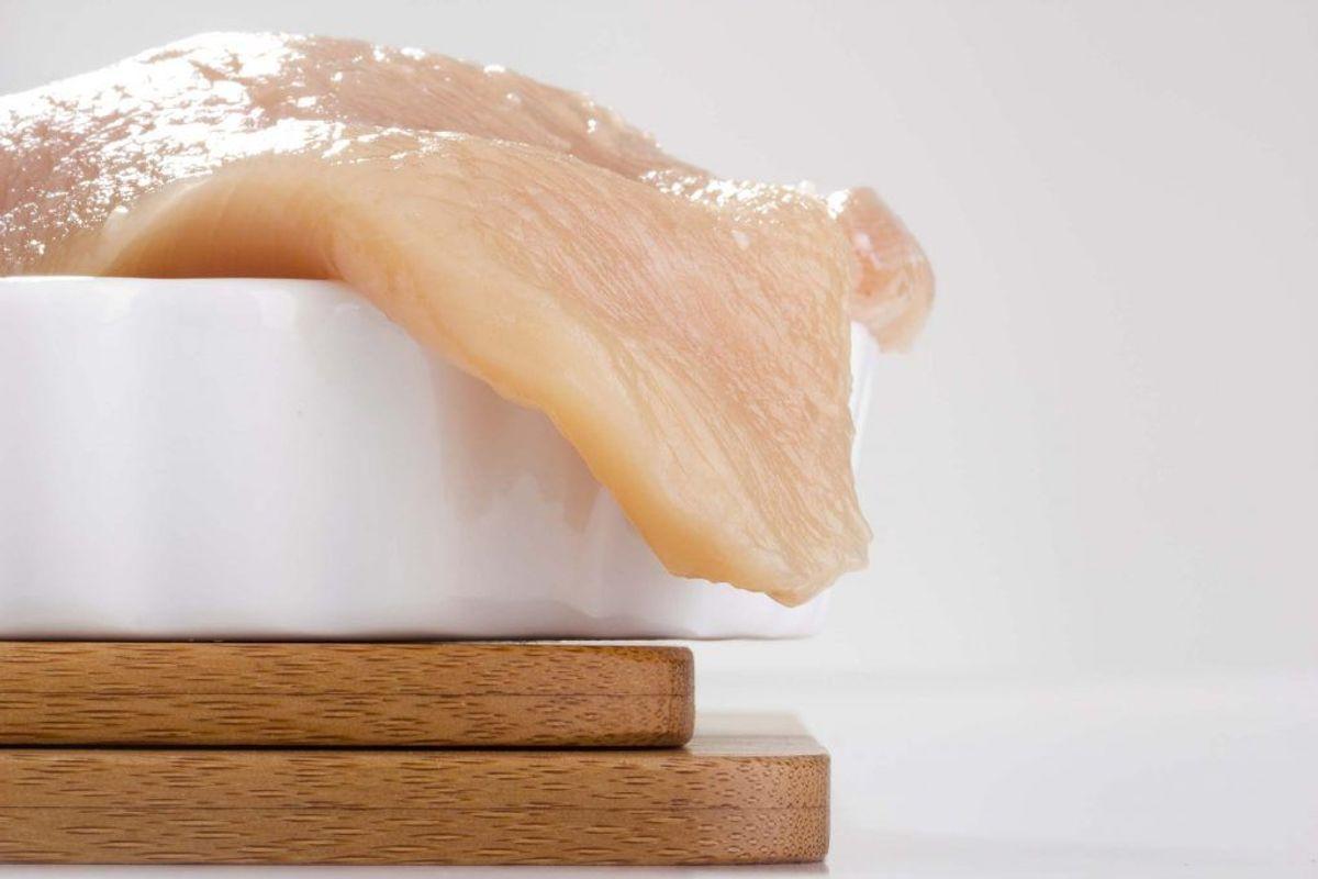 Vær specielt forsigtig, når du håndterer rå kyllinger eller kyllingekød i køkkenet: Campylobacter kan smitte fra få dråber rå kødsaft.  Kilde: Statens Serum Institut. Arkivfoto.