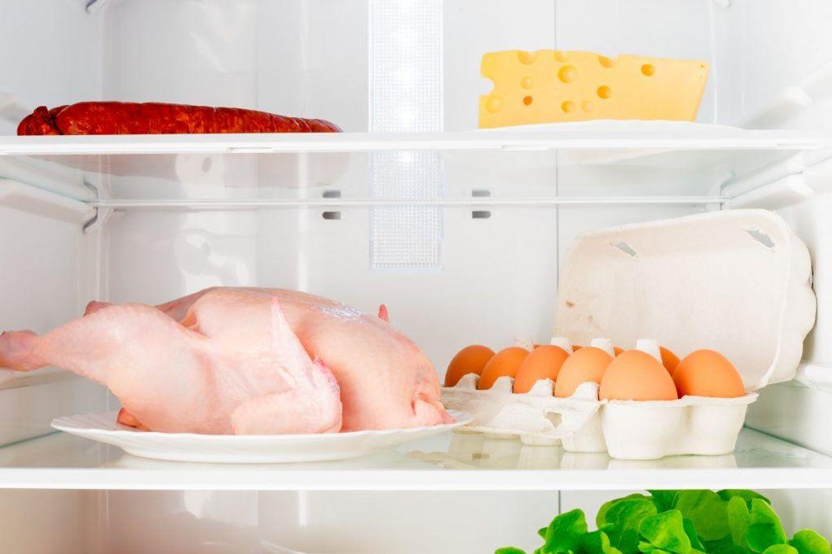 Pas på, at rå kyllingekødsaft ikke drypper på køkkenbordet eller ned på anden mad i køleskabet.  Kilde: Statens Serum Institut. Arkivfoto.