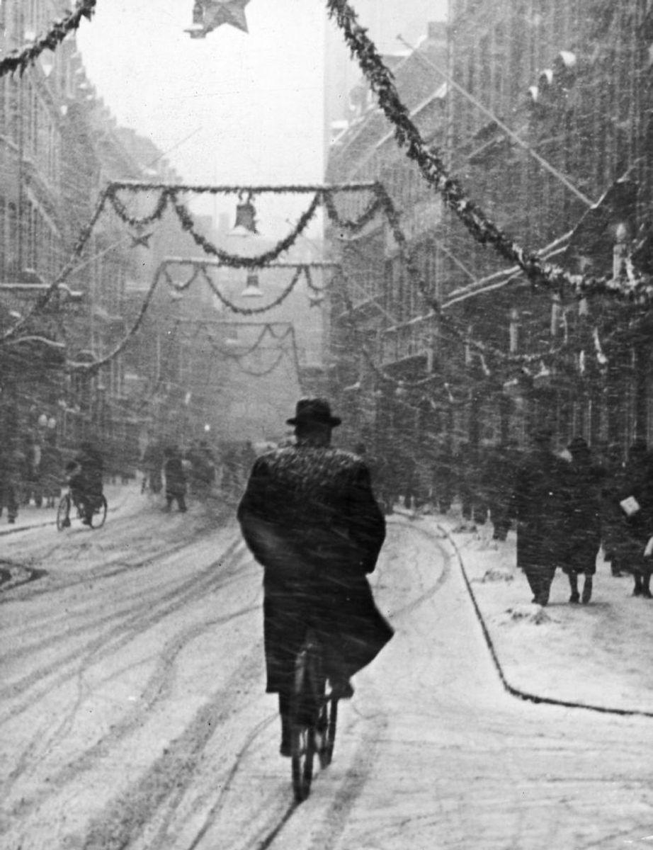 Snevejr på Strøget, december 1938, som var den næste hvide jul i rækken. Foto: Scanpix.