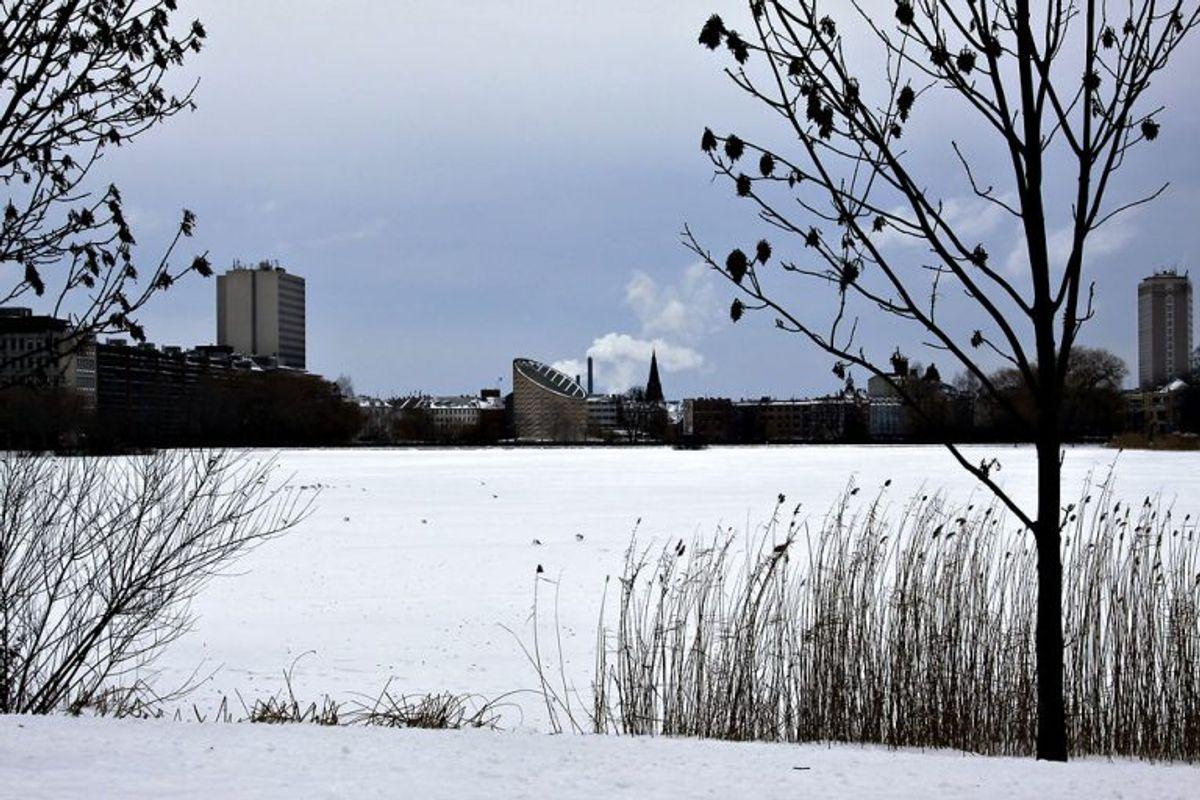 Hvid jul igen. Skt. Jørgens Sø i København er frosset til i baggrunden Tycho Brahe Planetarium fredag den 24. december 2010. . Med en gentagelse er det første gang, så længe nogen kan huske tilbage, at vi får en landsdækkende hvid jul to år i træk. (Foto: Brian Bergmann/Scanpix 2010)