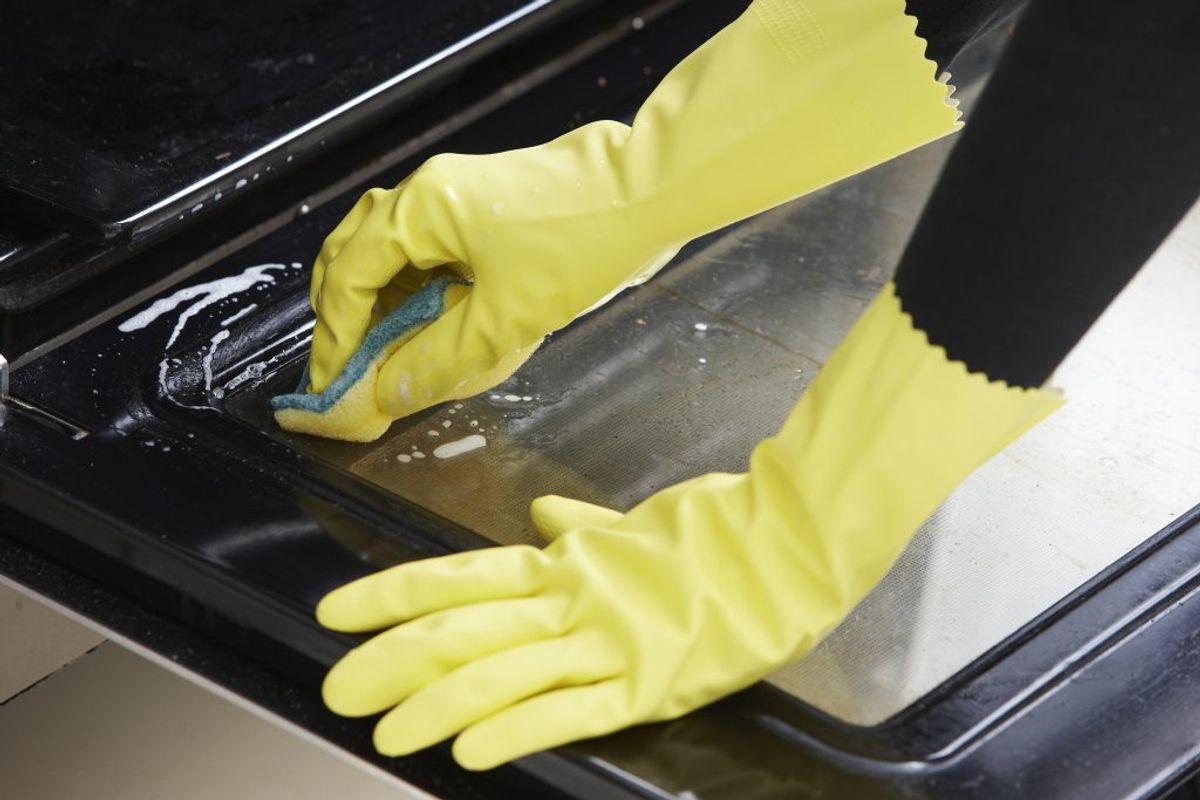 Det kan være et helvede at gøre glasset rent. Tag ovnruden ud, hvis det er muligt. Tag en klud med almindeligt opvaskemiddel i 30 minutter. Så opløses snavset. Foto: Colourbox
