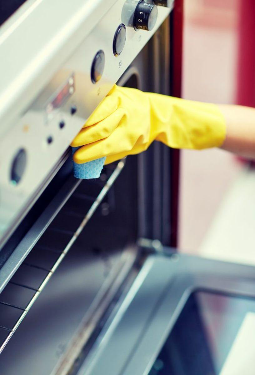 Hvis der er meget skidt og snavs i ovnen – så kan eddike også vise sig at være løsningen. Put eddike i en sprayflaske – og påfør det, hvor skidtet er værst. Tænd oven på 50 grader i mellem 20 og 30 minutter. Derefter skal du blot tørre af med en fugtig klud, mener idényt. Foto: Colourbox