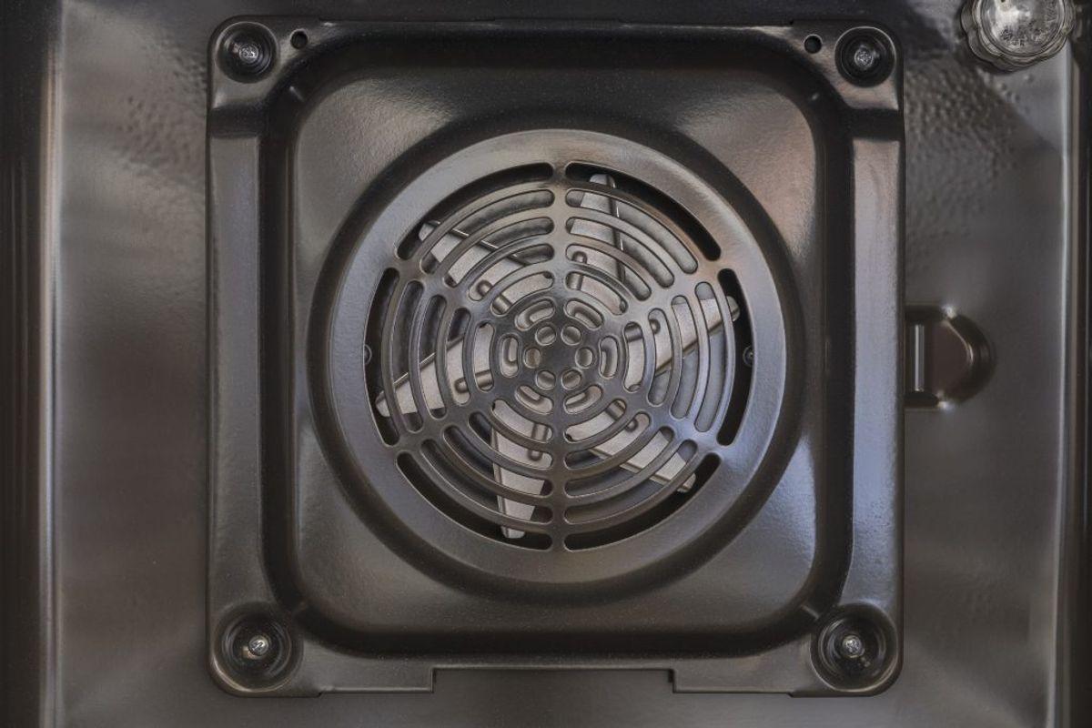 I varmluftovne kan du tage ventilatoren ud for at rengøre denne. Du skal læse brugsanvisningen, herefter slukke hovedafbryderen, inden du tager den ud. Så kan du rengøre ventilatoren i håndopvaskemiddel.