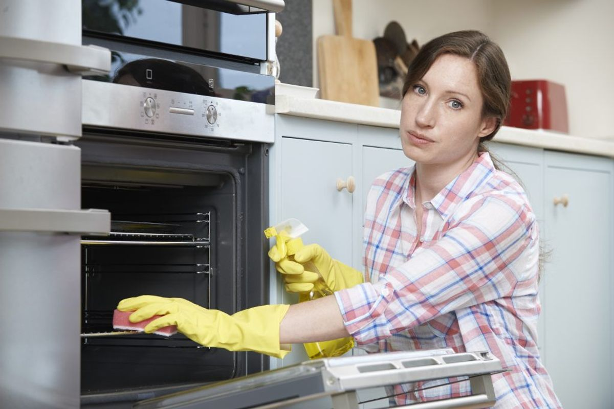 Hvis man skal tro idényt, så er citronsaft løsningen på alverdens problemer. Stil et fad med vand og citronsaft i en 50 grader varm ovn. Efter nogle timer, så kan du vaske pletter og madrester væk. Foto: Colourbox