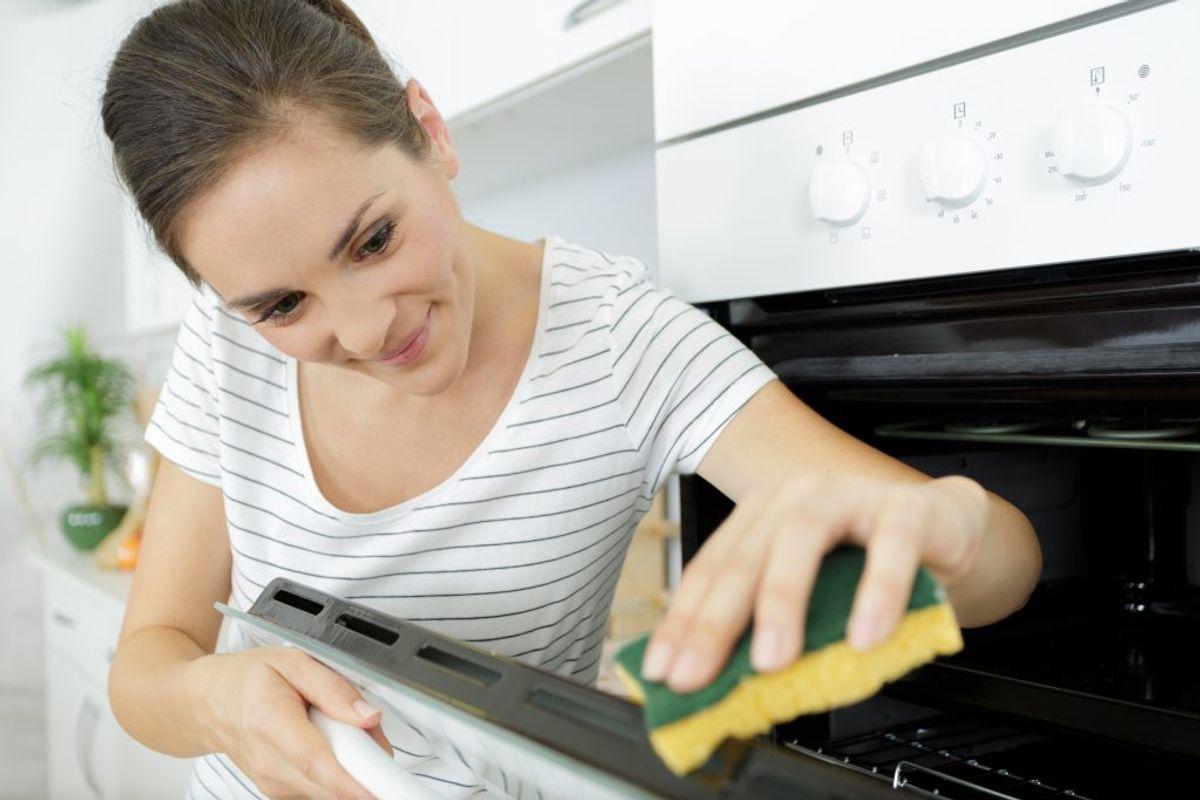 Sidder der skidt på ovnruden, kan du forsigtigt skrabe det af med en glasskraber. Foto/kilde: Colourbox/Bolius.