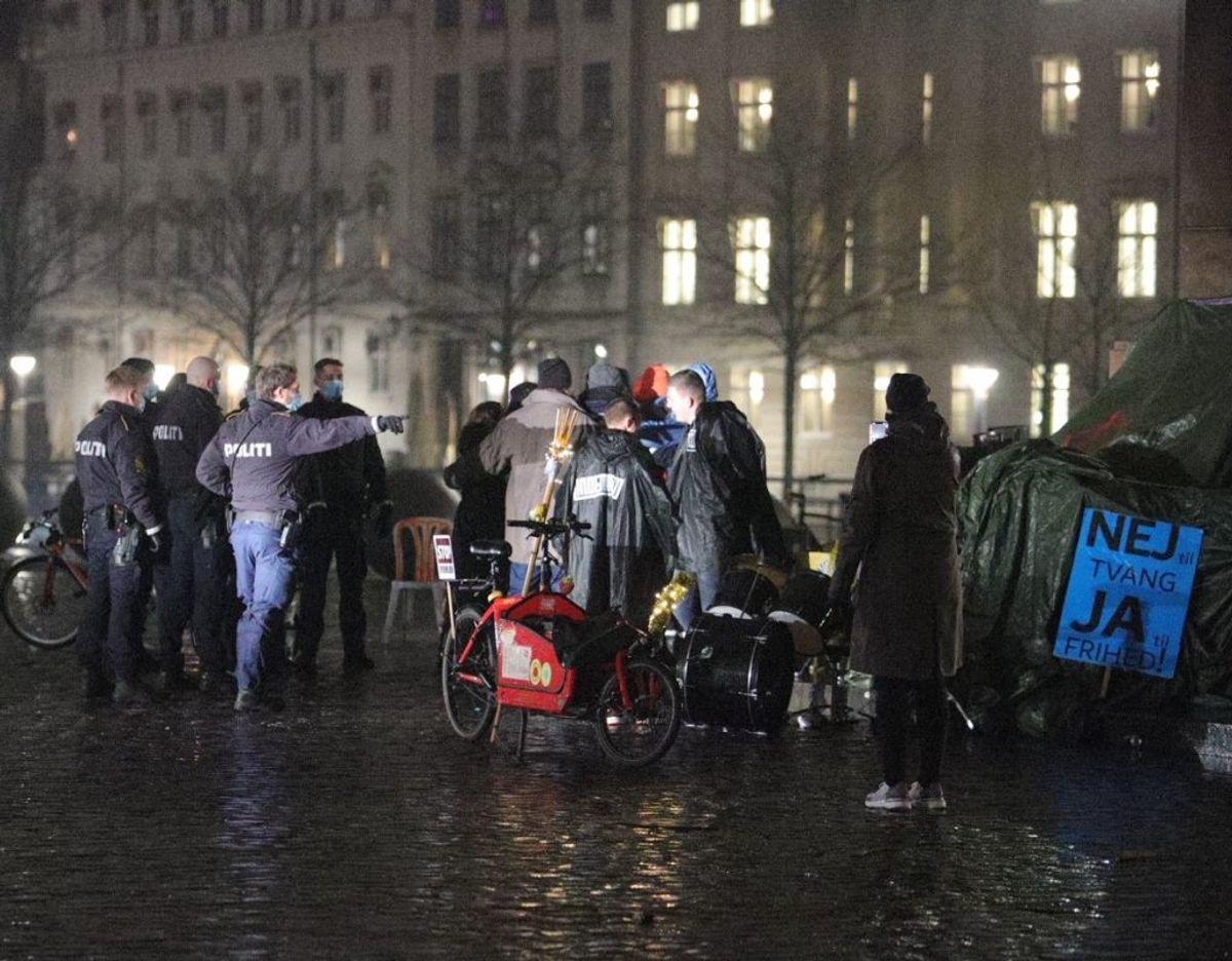 Der blev tirsdag aften sat ild til et juletræ, og en installation blev overmalet under demonstration på Christiansborg Slotsplads. Foto: Presse-fotos.dk.