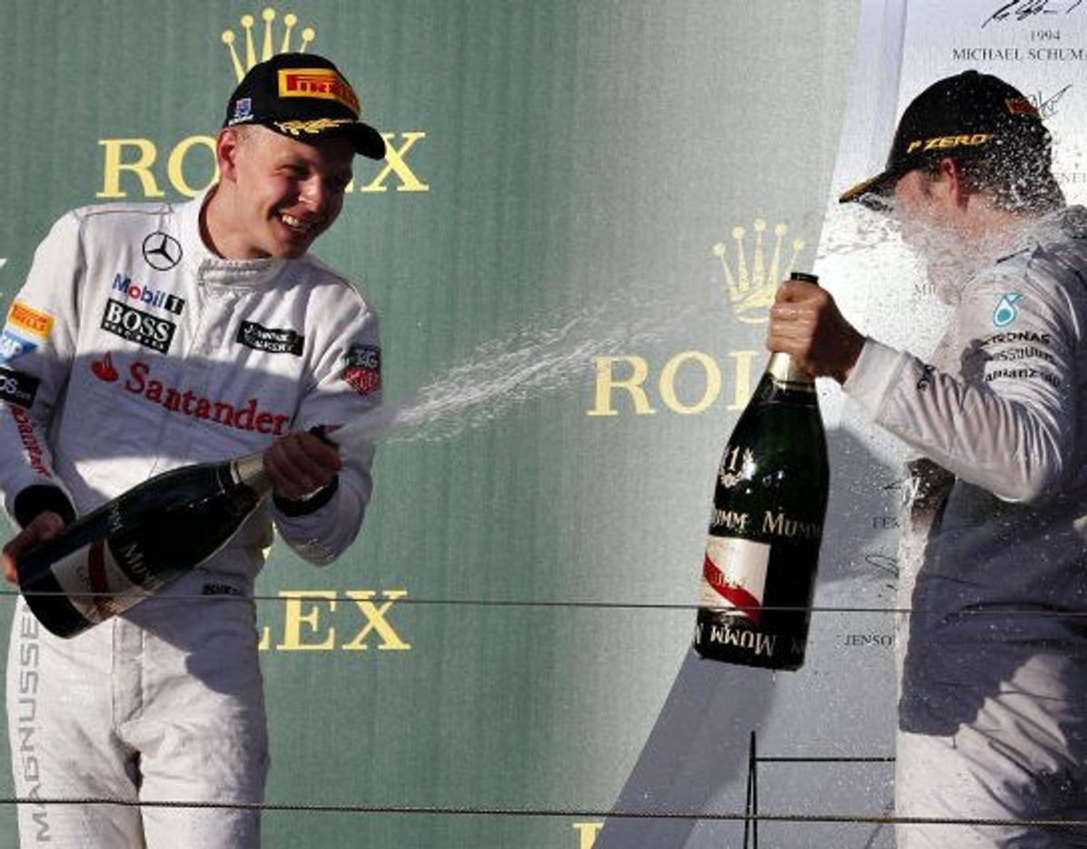 Kevin Magnussen giver Nico Rosberg et bad i champagne efter den succesfulde debut i Melbourne. (Arkivfoto). Foto: David Gray/Reuters