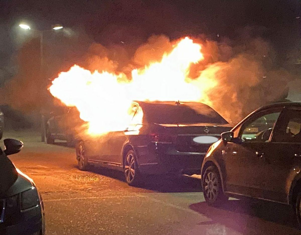 Flammerne stod ud af ruderne på den store Mercedes, da brandfolkene ankom. Foto: Presse-fotos.dk. KLIK VIDERE OG SE FLERE BILLEDER AF BRANDEN