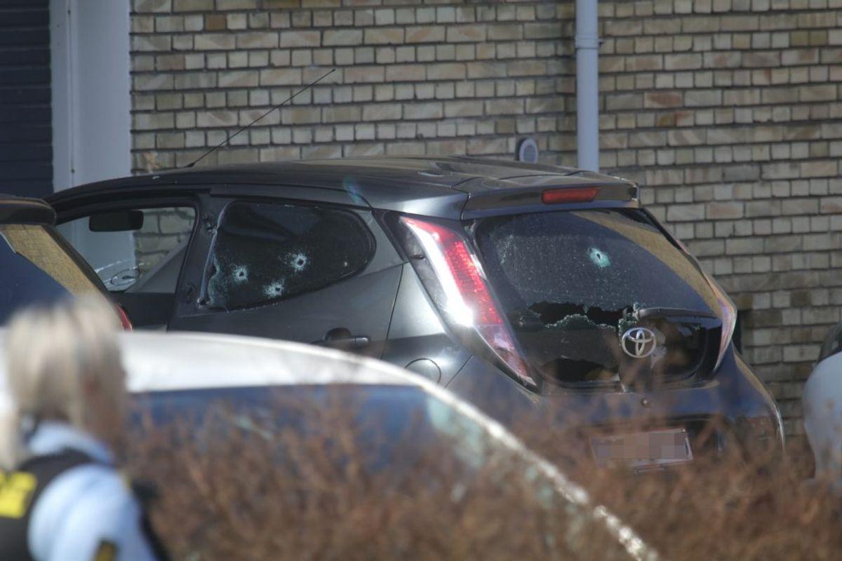 Den unge mand havde netop sat sig ind i sin bil, da han blev skudt.  Foto: Presse-fotos.dk