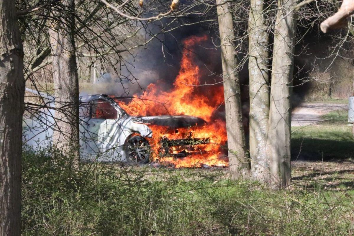 Bilen her – en hvid Nissan Qashquai – blev fundet i brand på Klausdalsbrovej i Herlev. Det vurderes, at der er tale om flugtbilen. Foto: Presse-fotos.dk