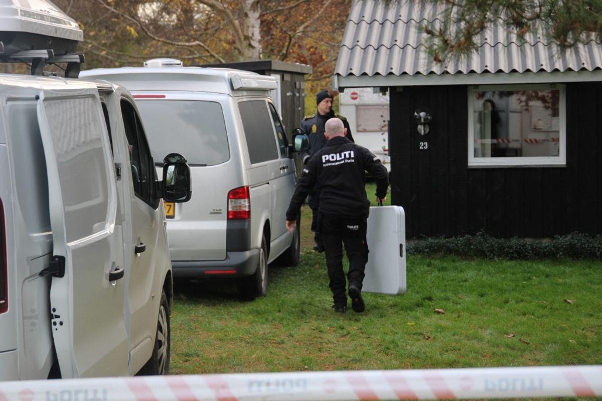 Politiet undersøger Maria From Jakobsens families sommerhus, torsdag. KLIK for flere billeder fra sagen. Foto: Presse-fotos.dk