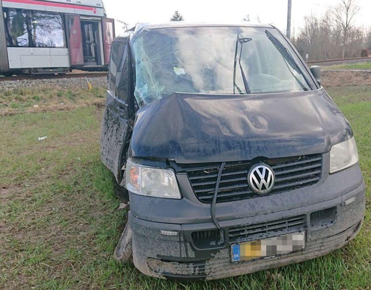 Den mørke varevogn blev ramt af letbanetoget. Havarikommisionen har konkluderet, at bilisten ikke overholdt sin vigepligt. Foto: Presse-fotos.dk