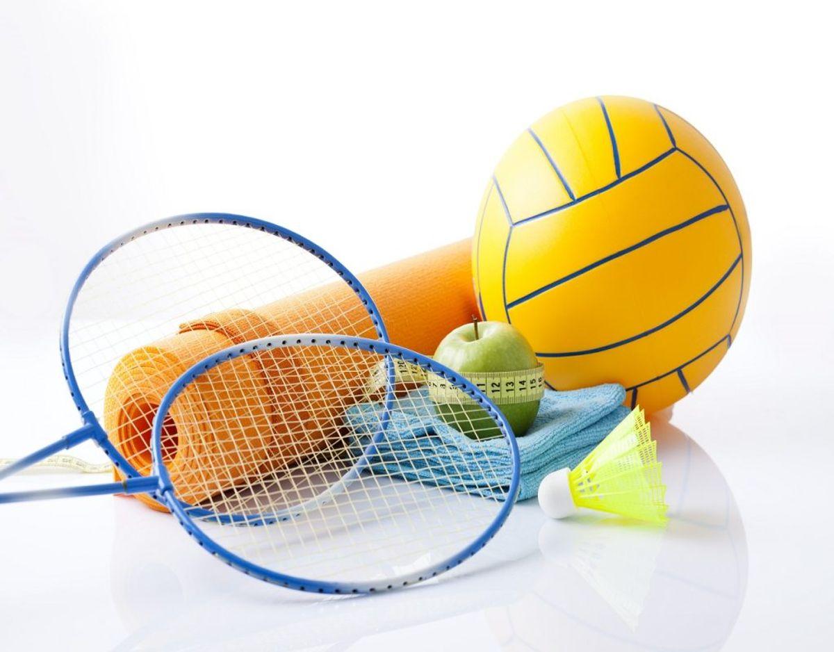 Har du engang været en stjerne i badminton, men ikke rørt ketcheren i årevis? Så er det måske tid til at smide det gamle sportsudstyr ud. Foto: Colourbox