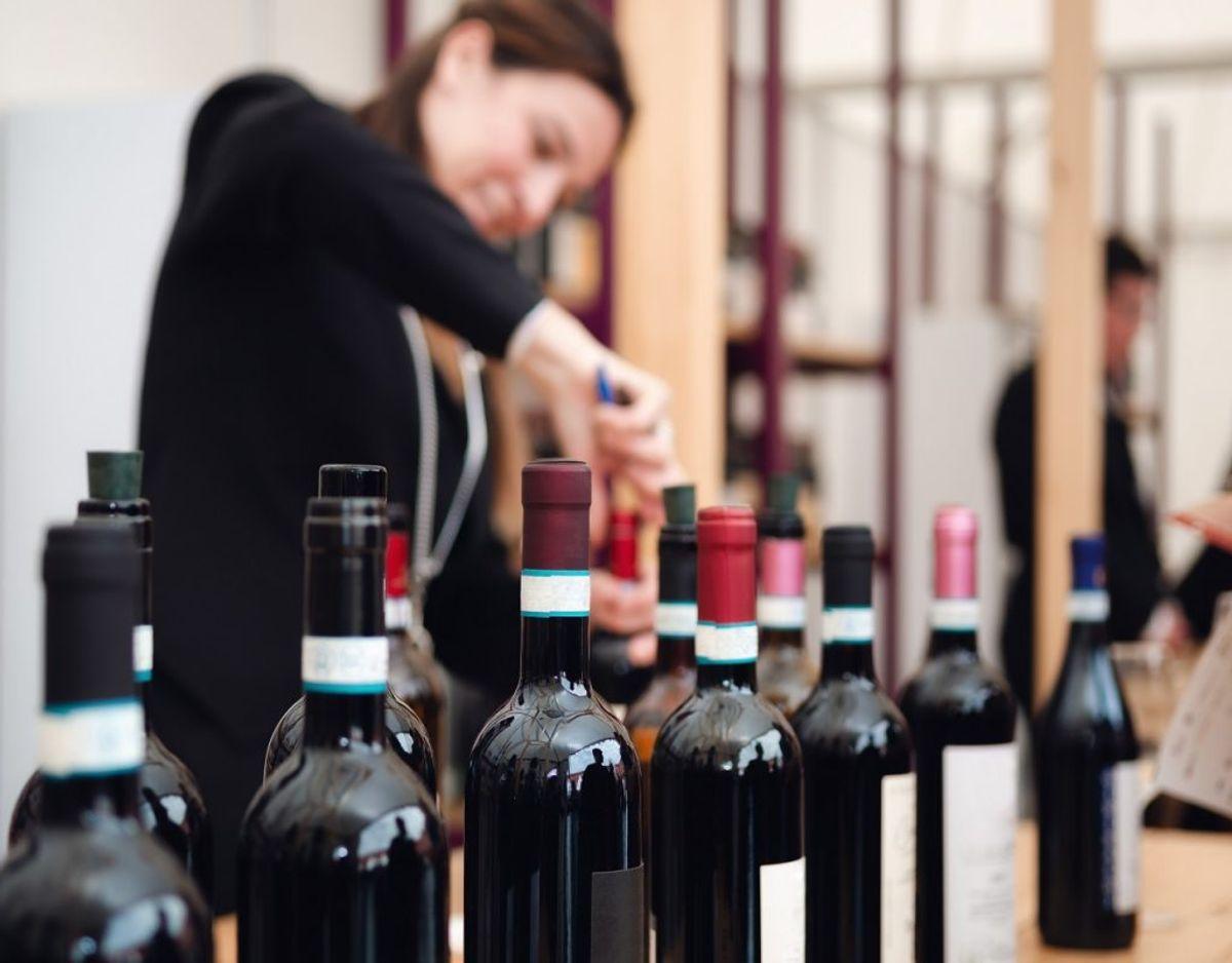 Du har måske engang knappet en flaske vin op, men smidt den tilbage i skabet. En del alkohol mister smagen over tid, når det er åbent. Derfor er det værd at få ryddet op i barskabet. Foto: Colourbox