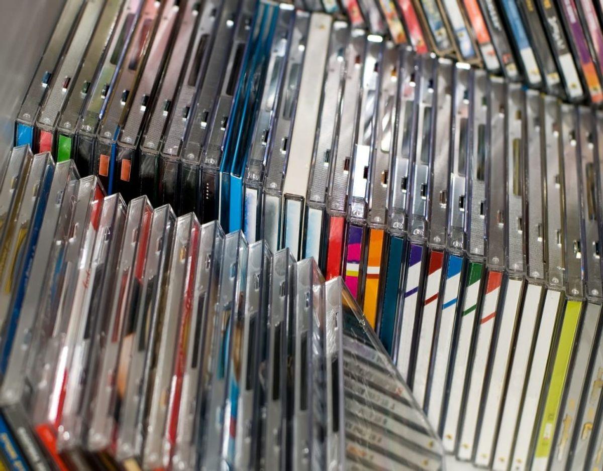 CD'er er for mange fast inventar på hylderne, men hvor tit bliver de egentlig hevet frem? Foto: Colourbox