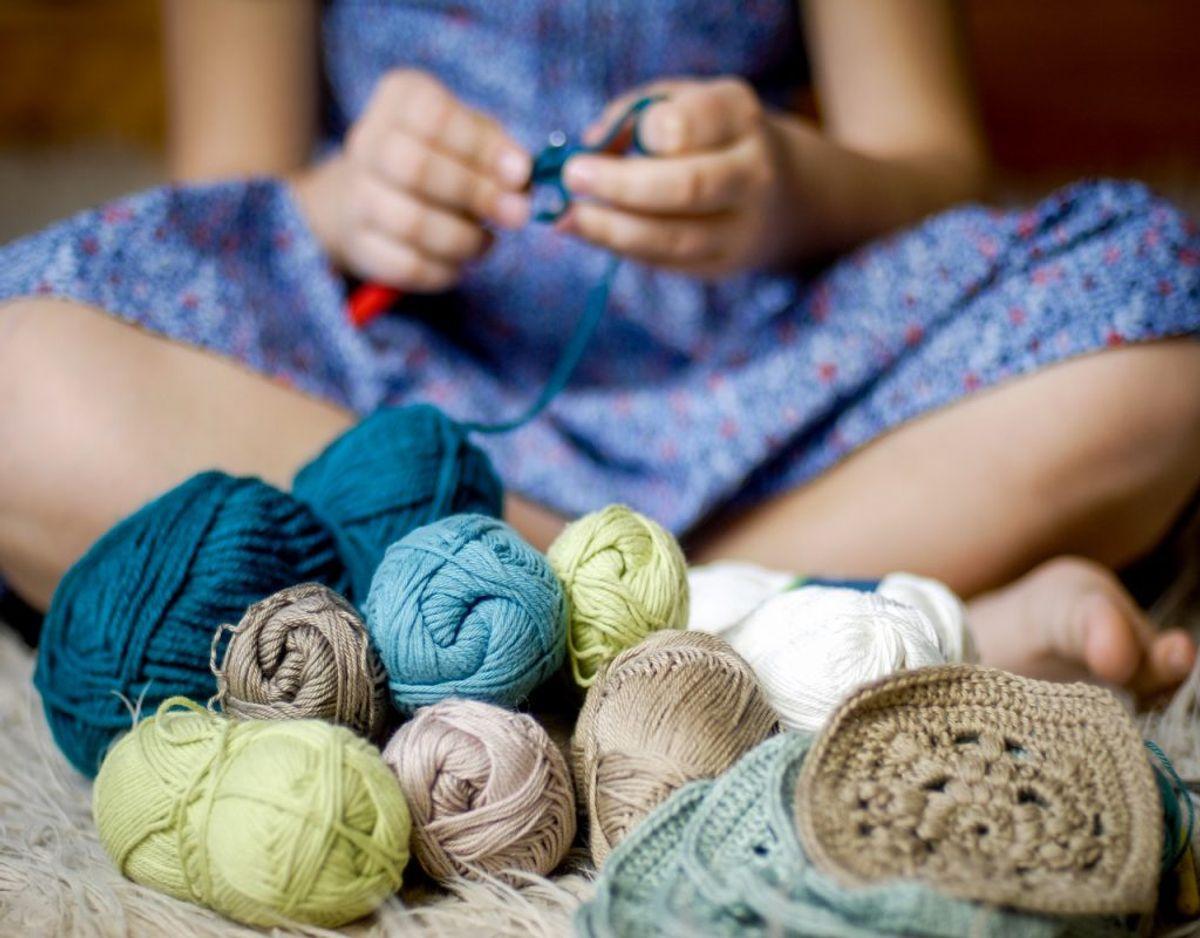 Garnnøgler og strikkepinde fylder, så overvej at smide rester ud. Foto: Colourbox