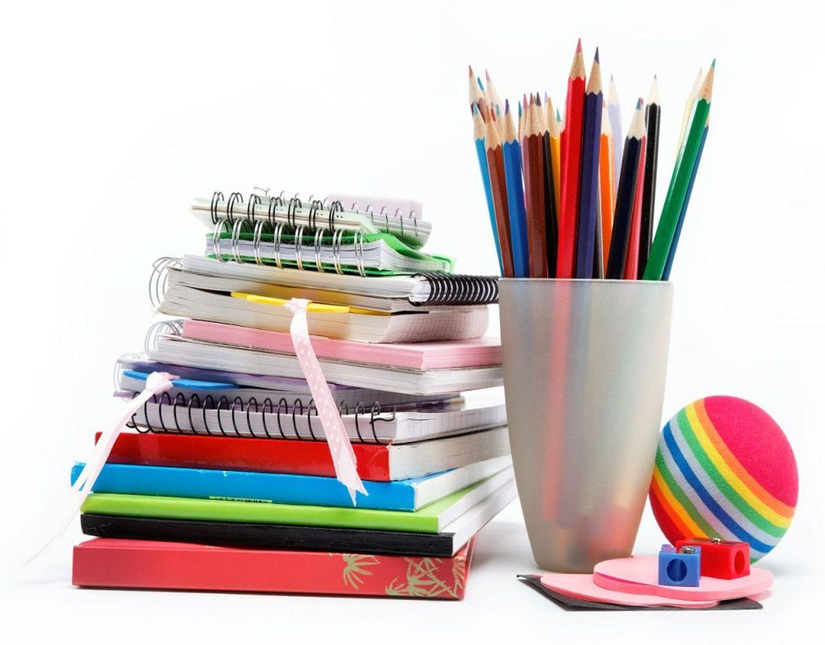 Blyanter, kuglepinde og notesblokke fylder meget – og roder meget nemt. Foto: Colourbox