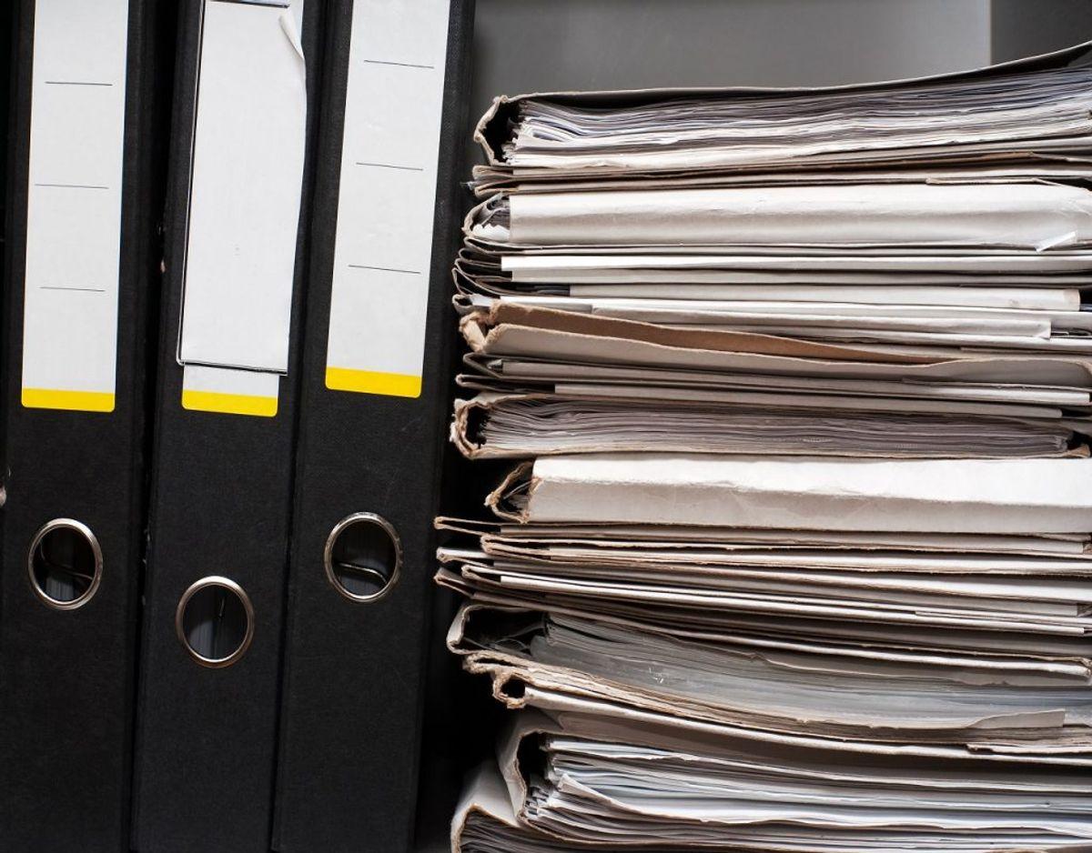Kontoret  kan tit flyde med ringbind og papirer. Overvej lige om de stadig har en relevans. Foto: Colourbox