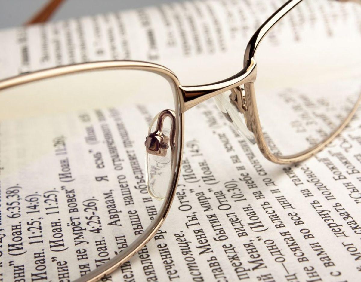 Gemmer du dine gamle briller, selvom de ikke passer i styrke mere? Så er det måske tid til, at de finder vej til skraldet. Foto: Colourbox