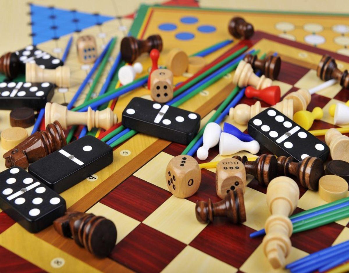Det er uendeligt hyggeligt at spille brætspil, men hvis du har for mange – og der mangler brikker og lignende, så samler de desværre oftest bare støv. Foto: Colourbox