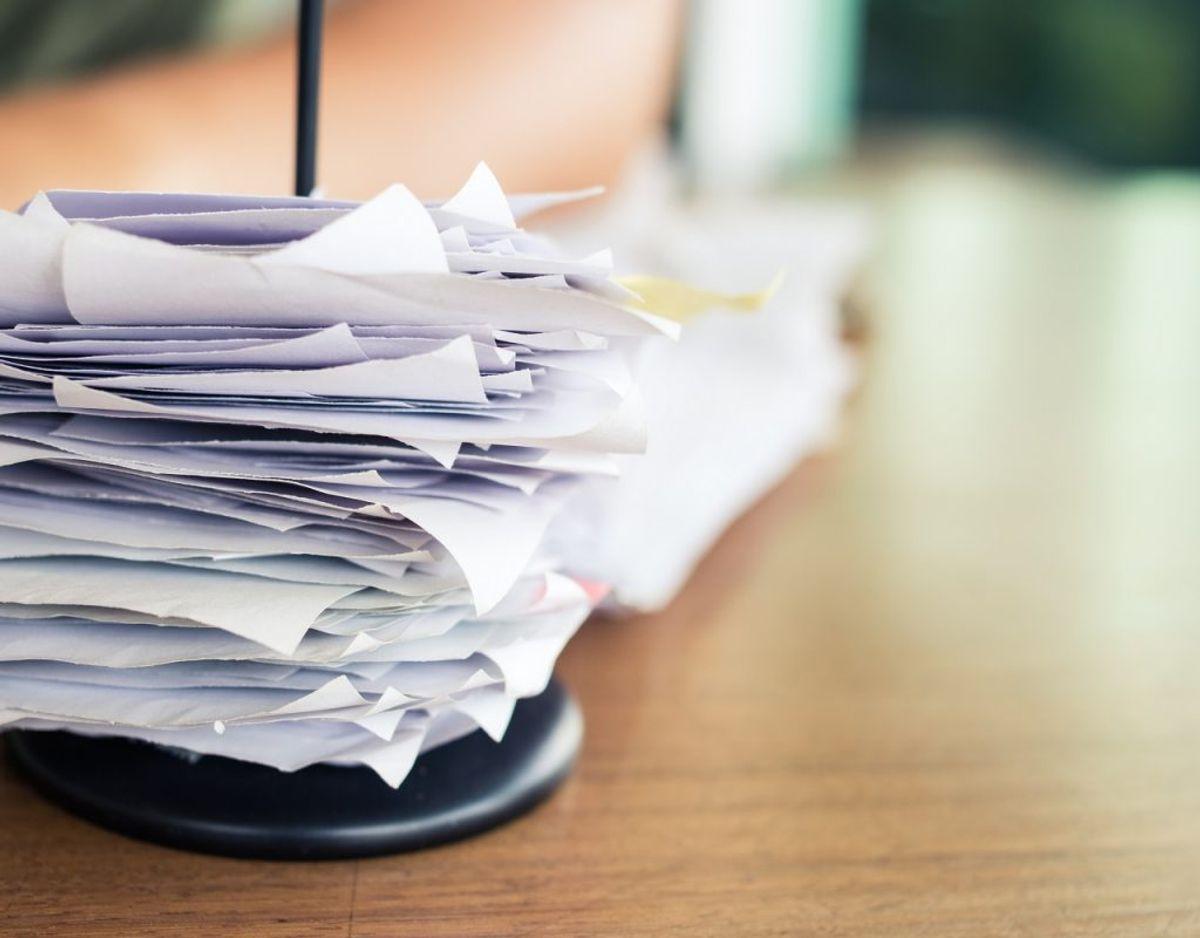 Gamle kvitteringer kan være vigtige i forhold til garantien, men de fylder også en masse. Få taget et billede af dem og gemt dem på computeren i stedet. Foto: Colourbox