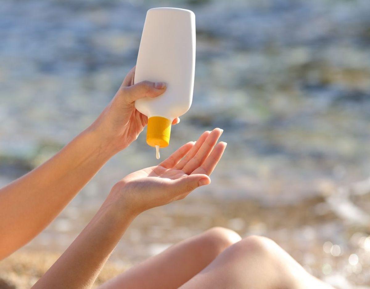 Smid den gamle solcreme ud. Den mister beskyttelsesstyrke over tid, så det er bedre at købe nyt løbende. Foto: Colourbox
