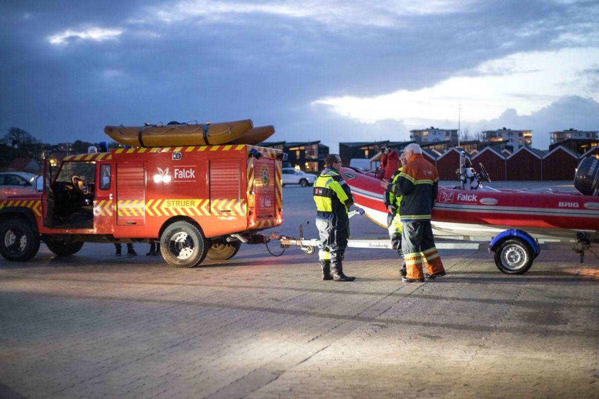 En ung kitesurfer blev fanget på havet. Så kom en redningsmand i en kajak forbi. KLIK for flere billeder. Foto: Presse-fotos.dk.