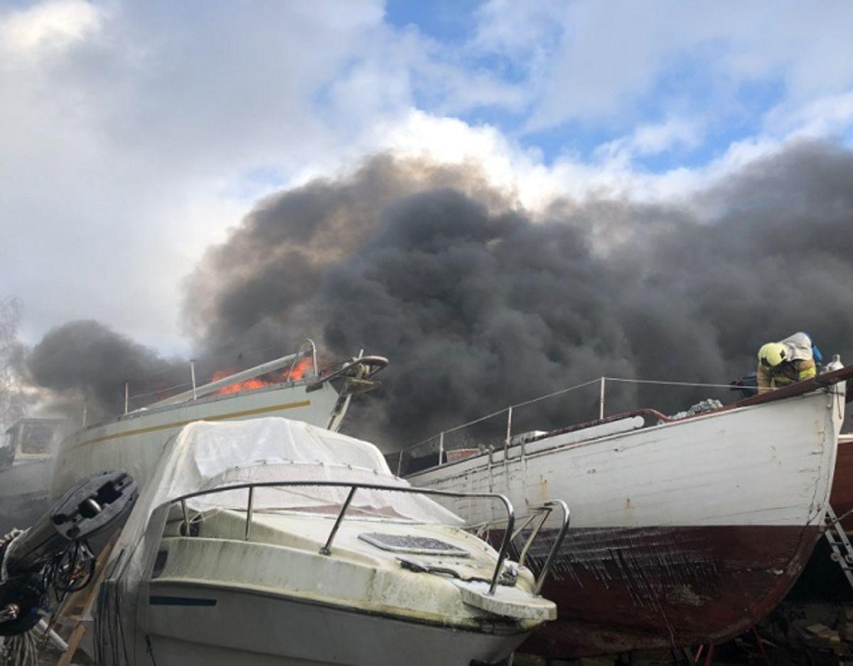 En båd er søndag brudt i brand. KLIK for flere billeder. Foto: Hovedstadens Beredskab.