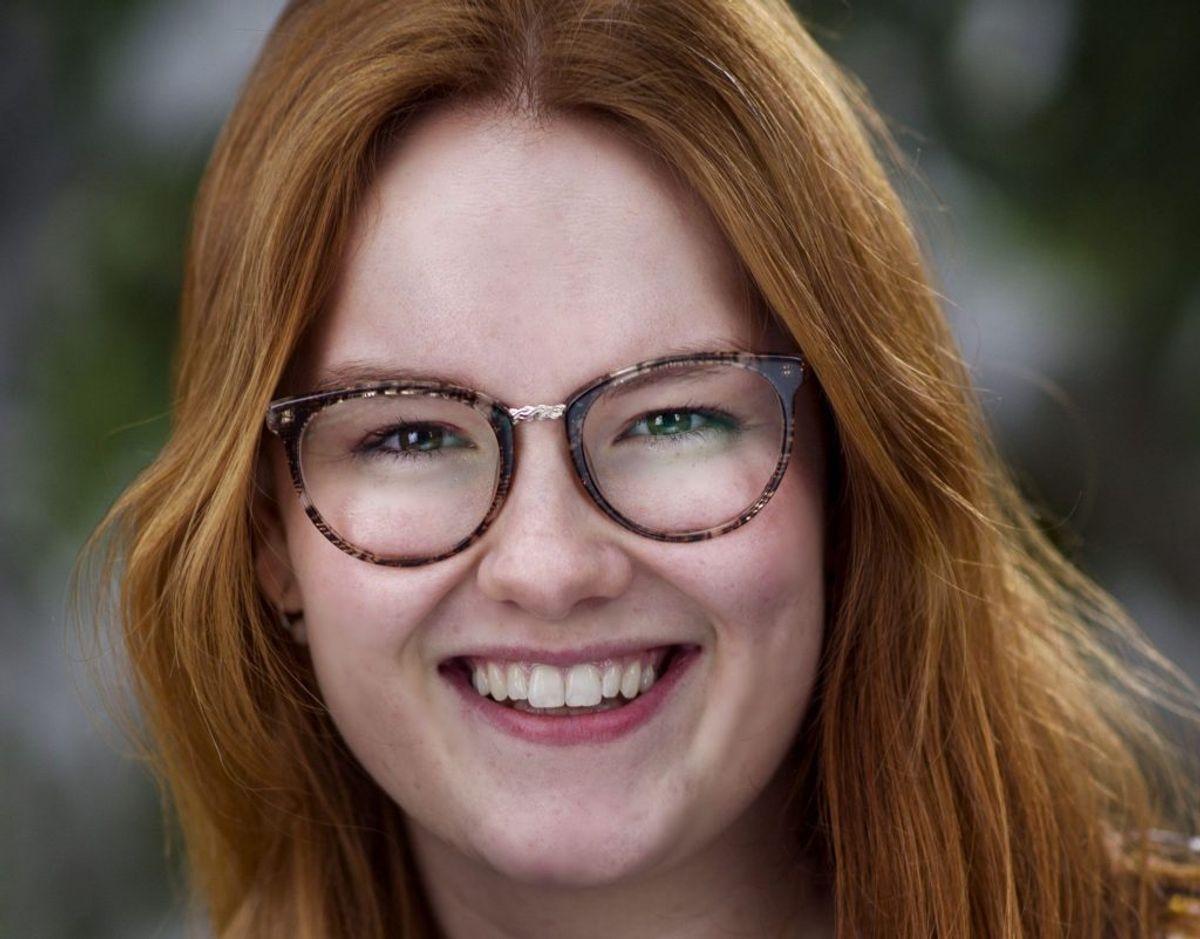 """Caroline Fischer Rigelsen bagte sin første fondantkage i en alder af 12 år. Nu er den i dag 19-årige unge kvinde nået hele vejen til semifinalen i """"Den store bagedyst"""". – Foto: DR/Free"""