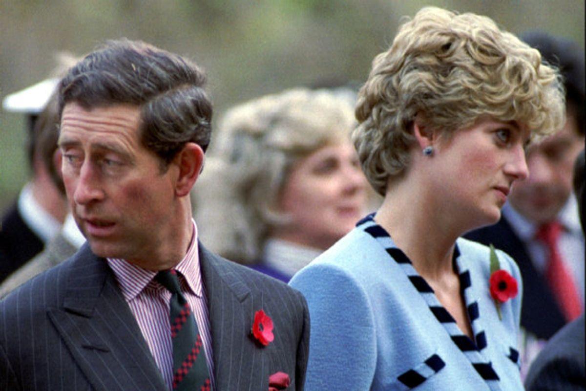 Storbritanniens prins Harry har sluttet sig til sin bror William og budt det velkomment, at der er indledt en ny undersøgelse af et omstridt BBC-interview i 1995 med deres afdøde mor, prinsesse Diana, der her ses med prins Charles. (Arkivfoto) Foto: str New/Reuters