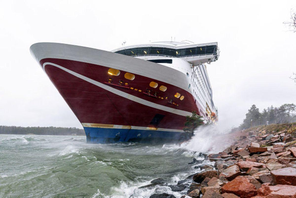 """Et krydstogtskib med over 400 om bord gik lørdag på grund ved den finske øgruppe Åland ud for den svenske østkyst. Passagerfærgen """"Grace"""" er fra Viking Lines.Foto: Lehtikuva/Reuters"""
