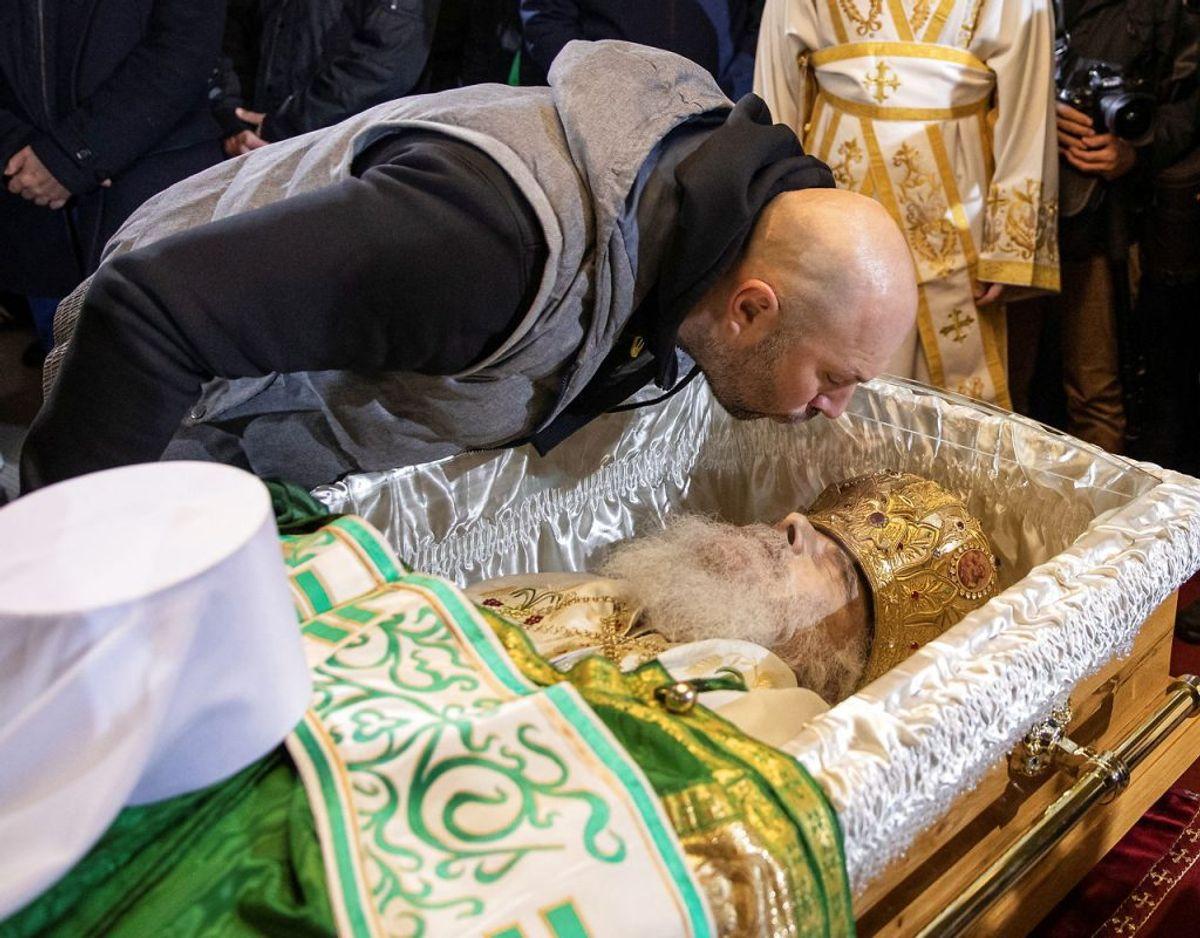 Der bliver rørt og kysset på den mand, der netop er død af coronavirus. Foto: Scanpix.