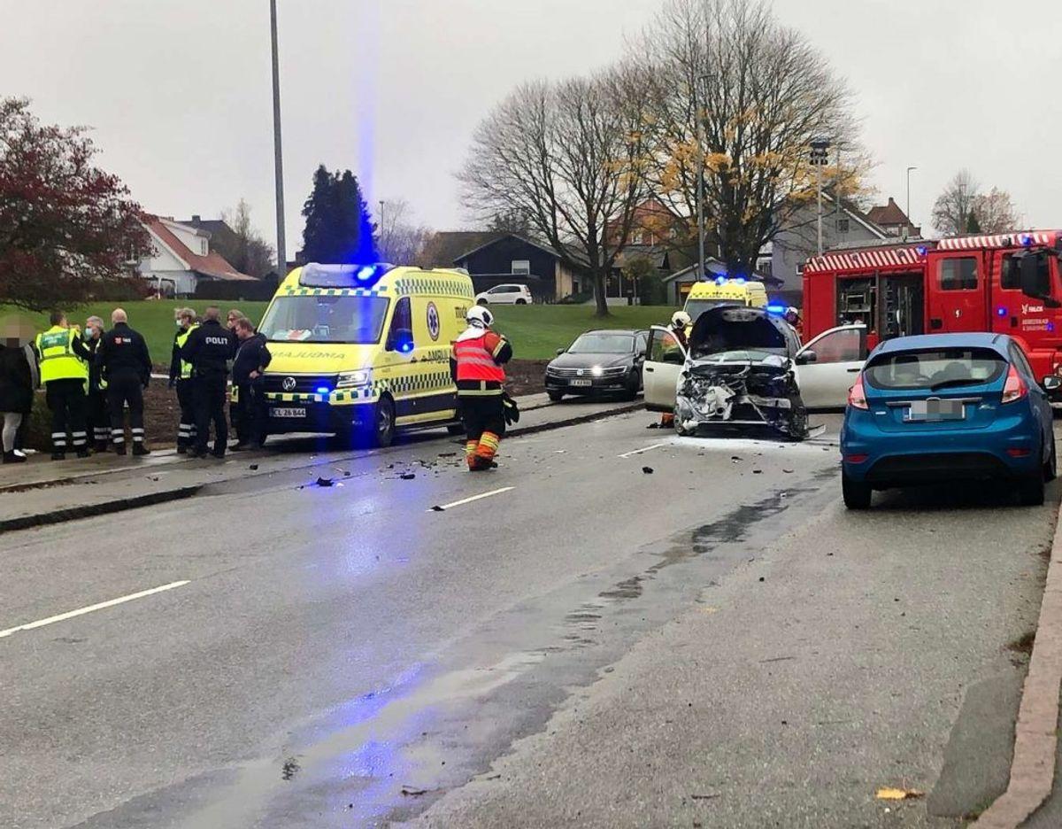 En bil brød lørdag formiddag i brand efter et uheld. KLIK for flere billeder. Foto: Presse-fotos.dk.