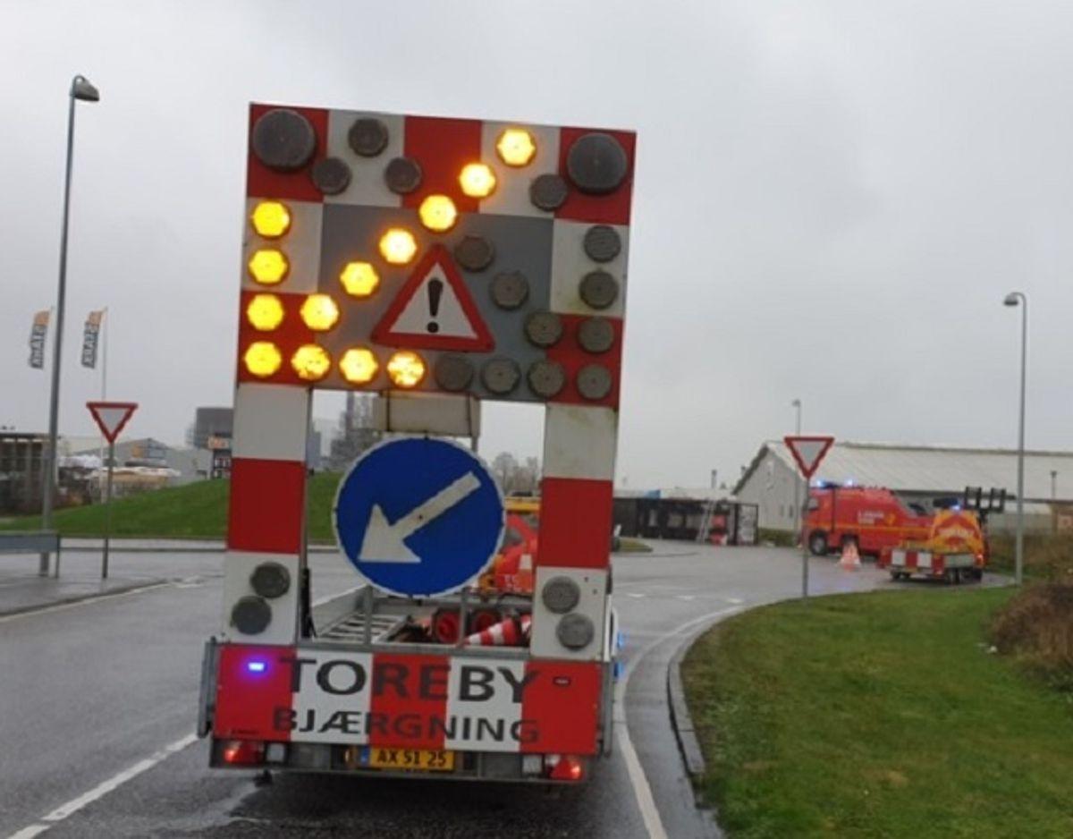 En lastbil med juleskinker ligger i en rundkørsel. KLIK for mere. Foto: Presse-fotos.dk.