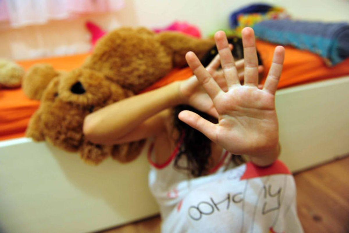 En mand i 40'erne er anklaget for voldtægt af 14-årig pige på psykiatrisk afdeling. Også en dreng blev voldtaget flere gange af manden, da drengen var mellem seks og otte år, lyder anklagen. (Modelfoto). Foto: Colourbox/free