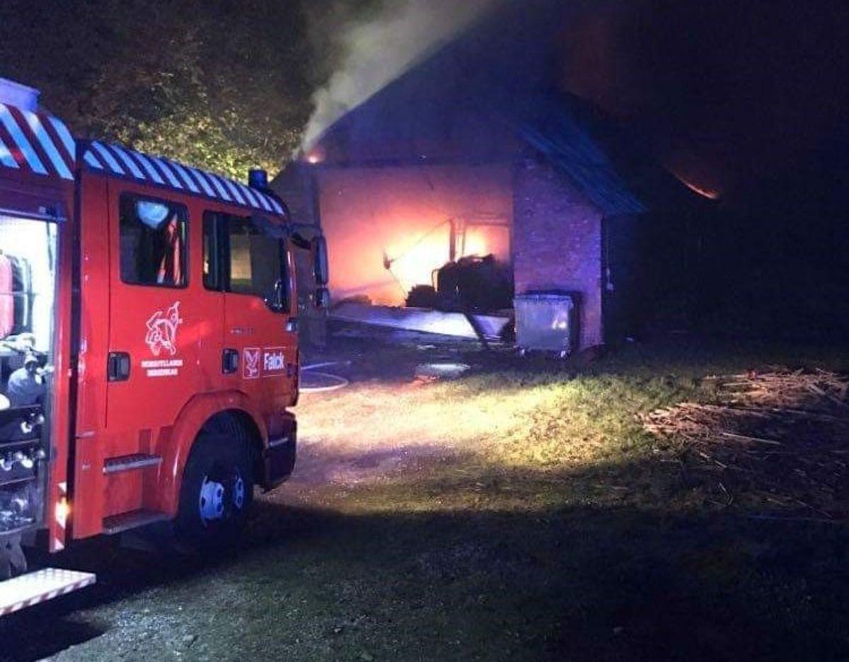 På Graverhusevej i Bælum rykkede Nordjyllands Beredskab ud til en gårdbrand. KLIK VIDERE OG SE FLERE BILLEDER. Foto: Øxenholt Foto